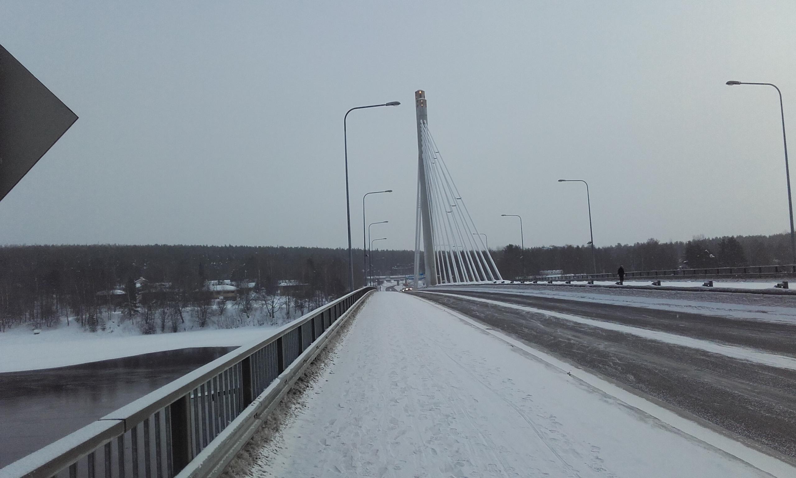 Puente que conecta el centro de Rovaniemi con Ounasvaara