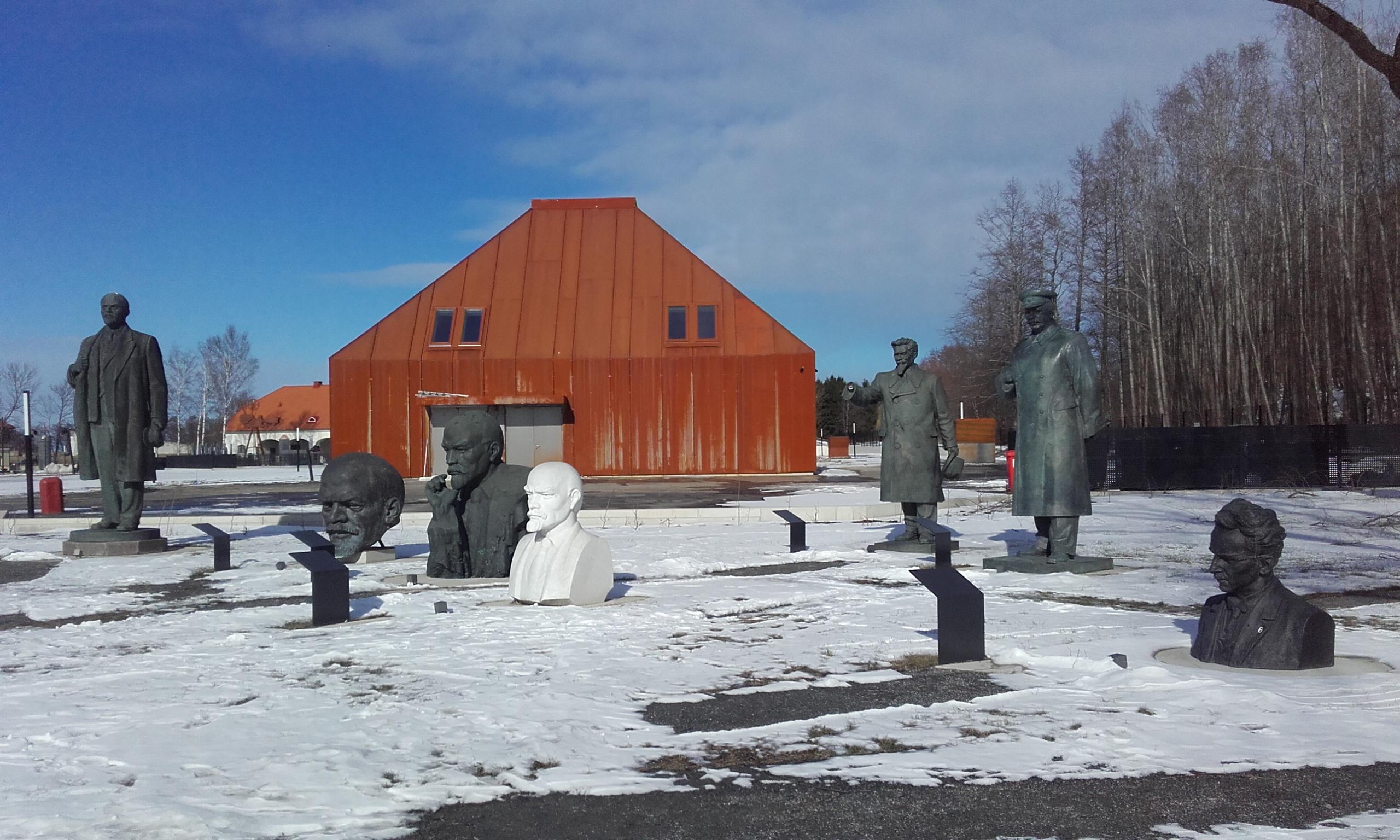 Estatuas de Maarjamäe y establos