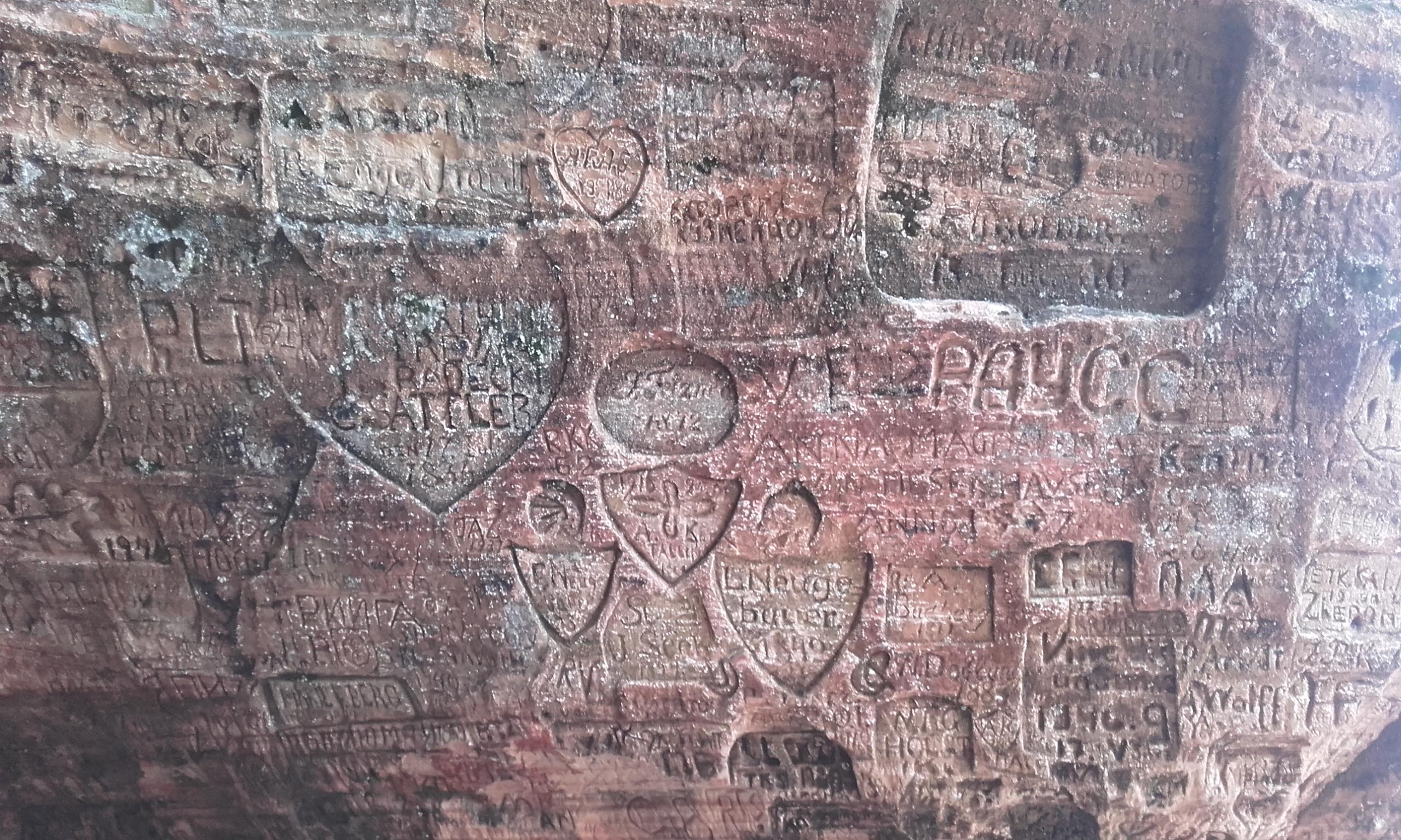 Inscripciones de enamorados en la Cueva de Gutmanis