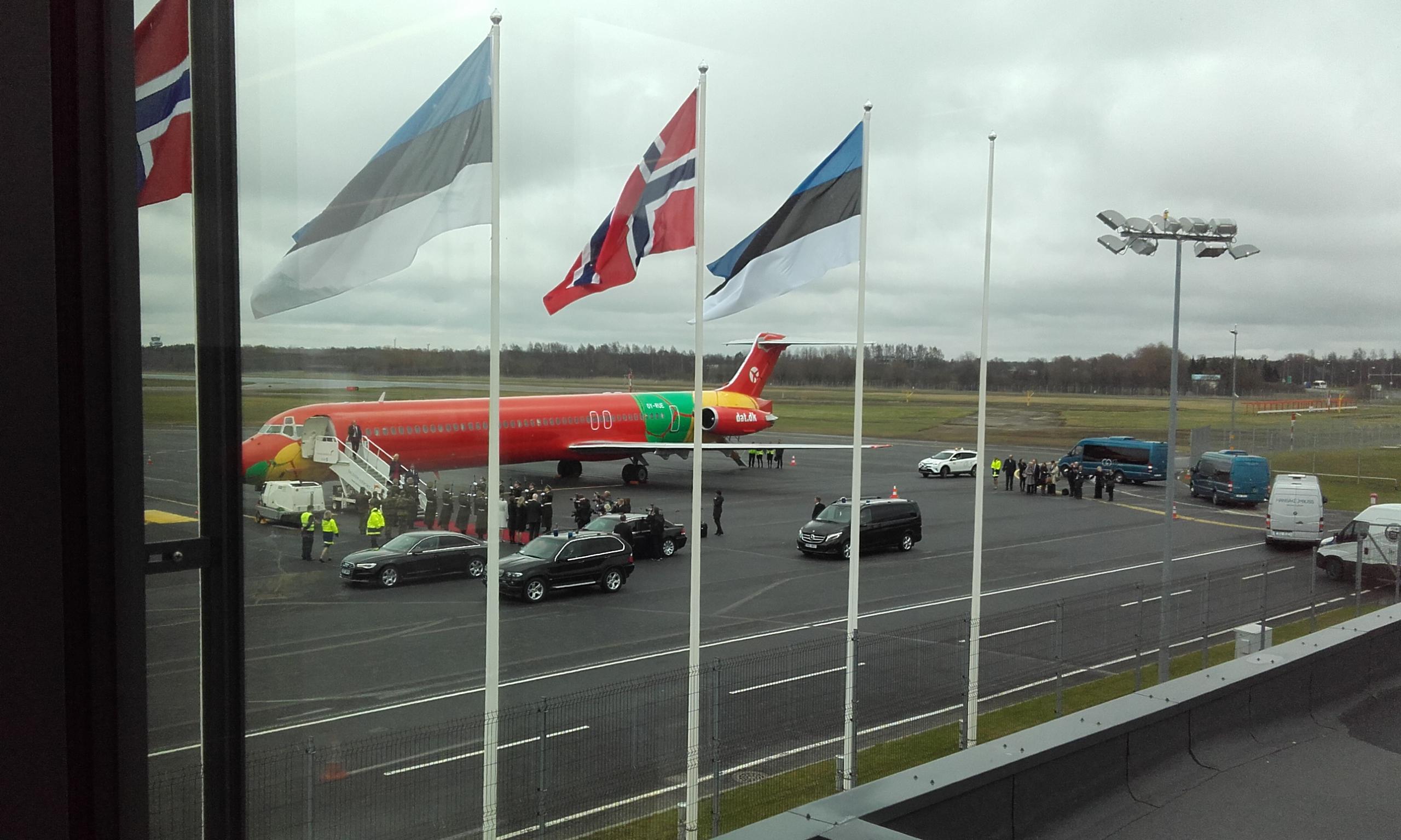 Mette-Marit y su marido bajando del avión en Tallín