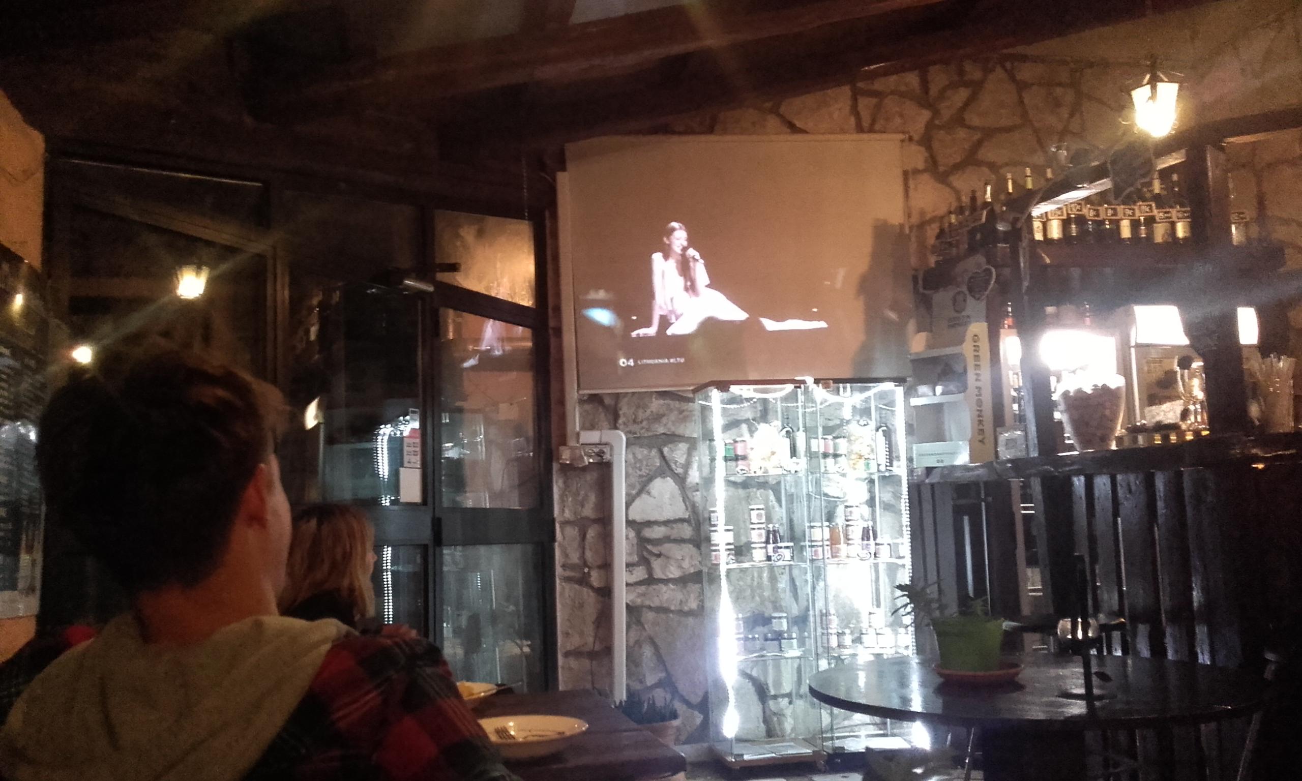 Viendo la final de Eurovisión en el bar