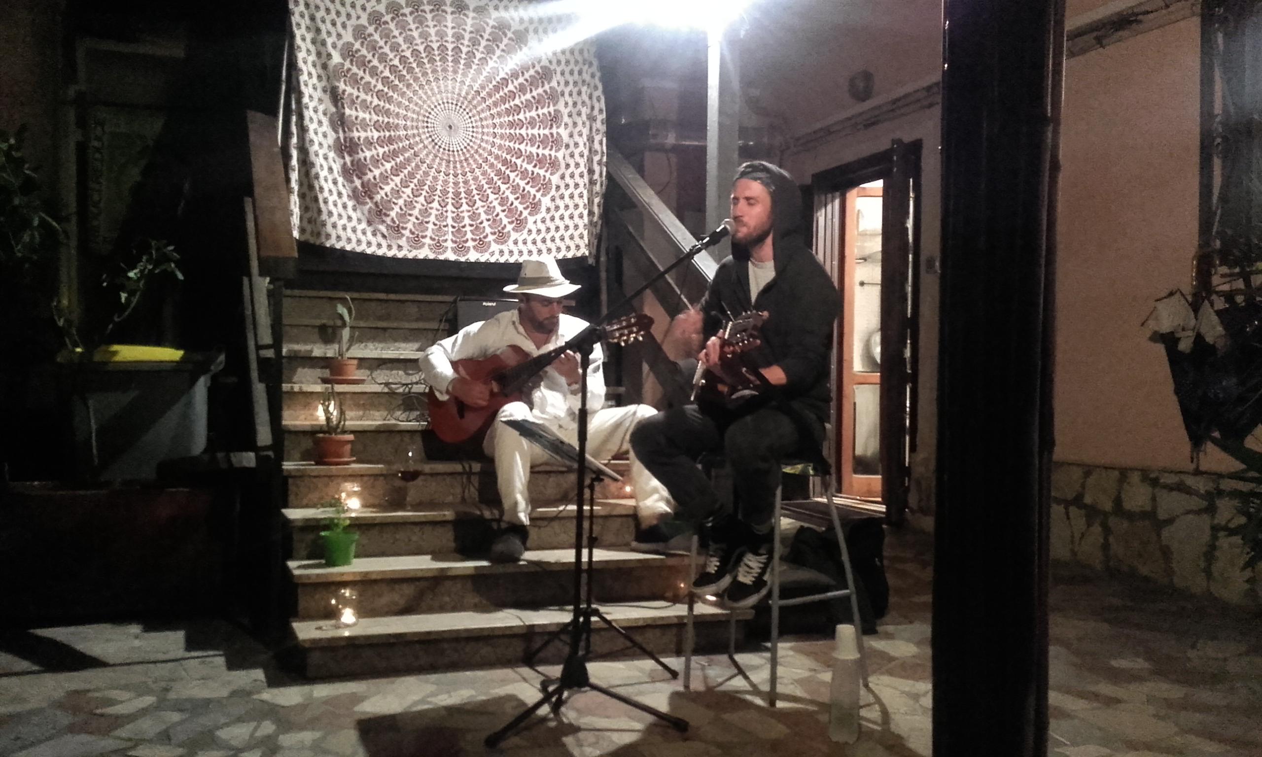 Mini concierto en la Pizza Party del Wiki Hostel