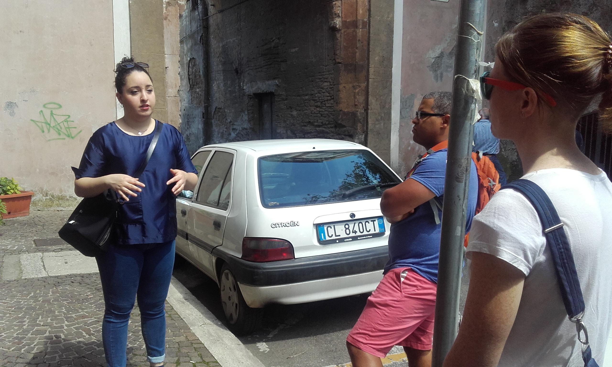 Nuestra guía, Bianca, compartiendo curiosidades de Zagarolo con nosotros