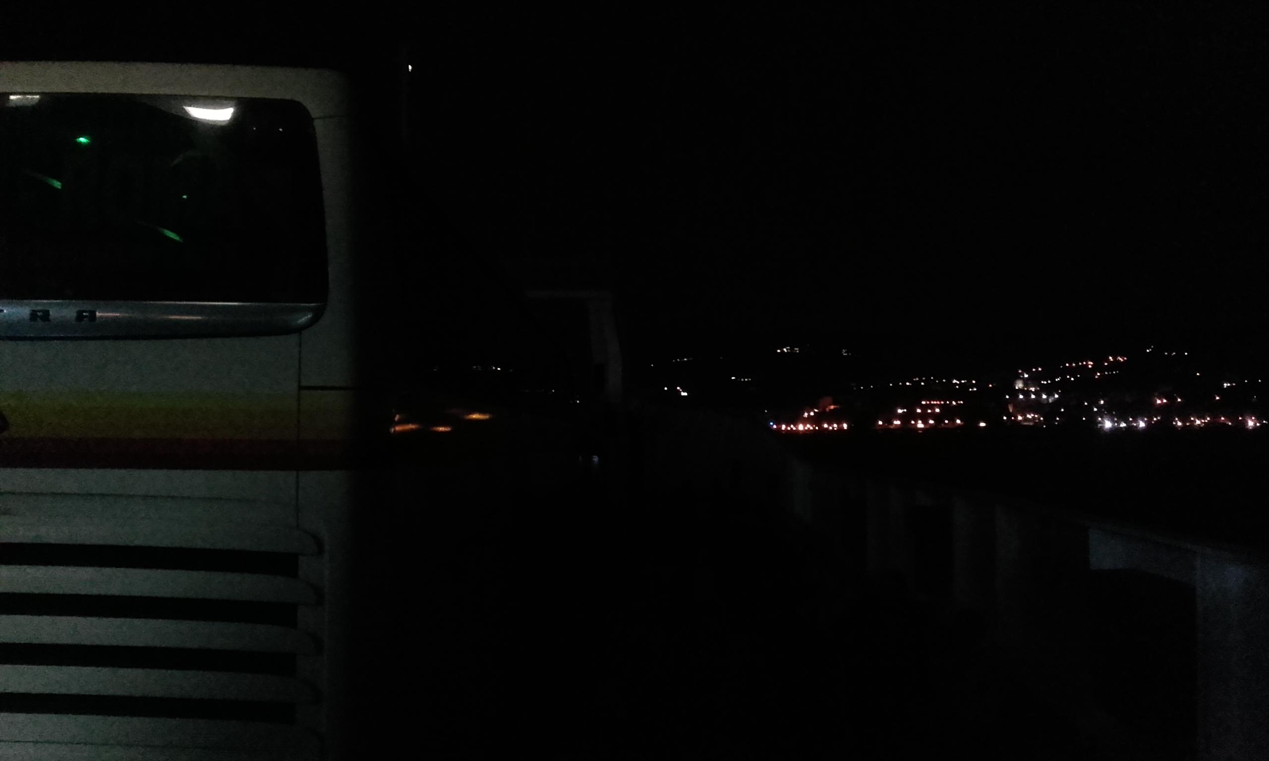Las luces de Sicilia en el horizonte desde el autobús