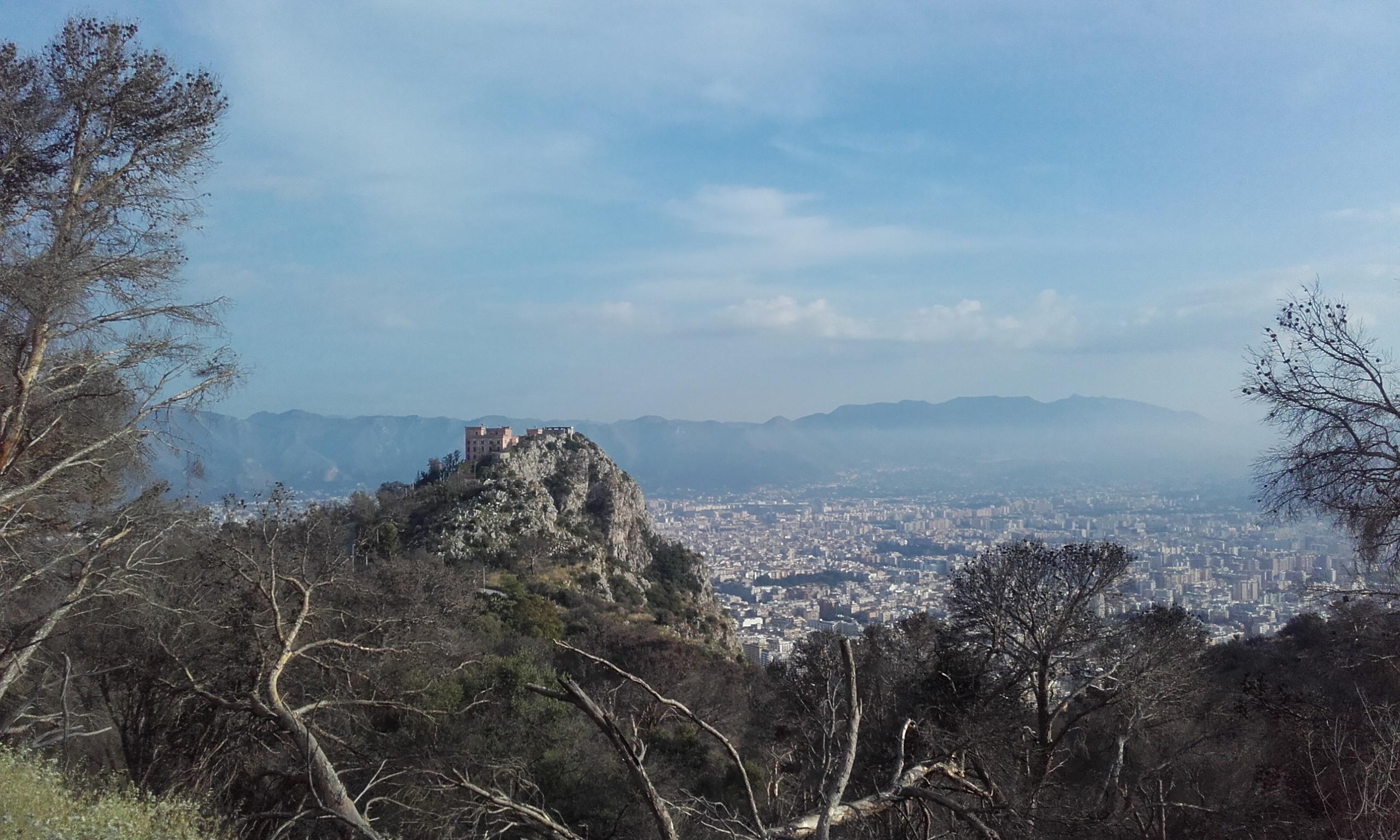 Castillo en el Monte Pellegrino y la ciudad de Palermo detrás