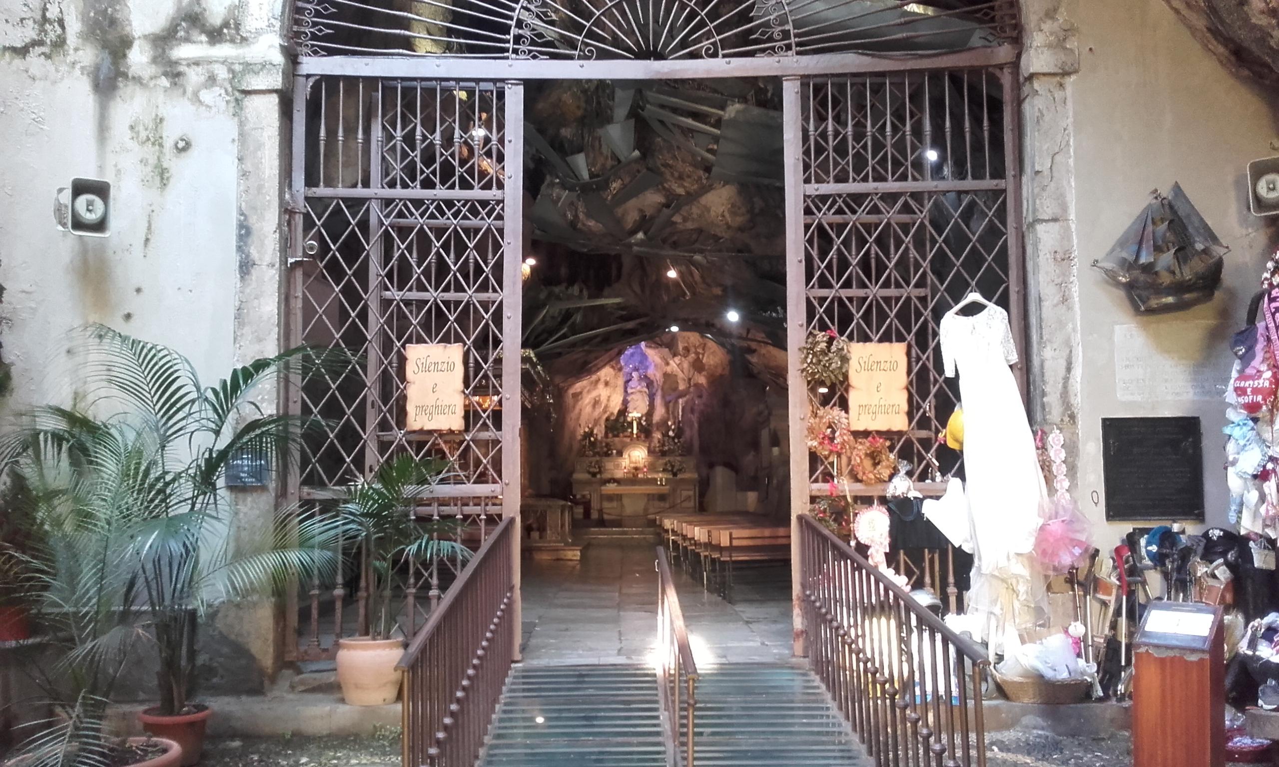 Ofrendas en la entrada del santuario de Santa Rosalía