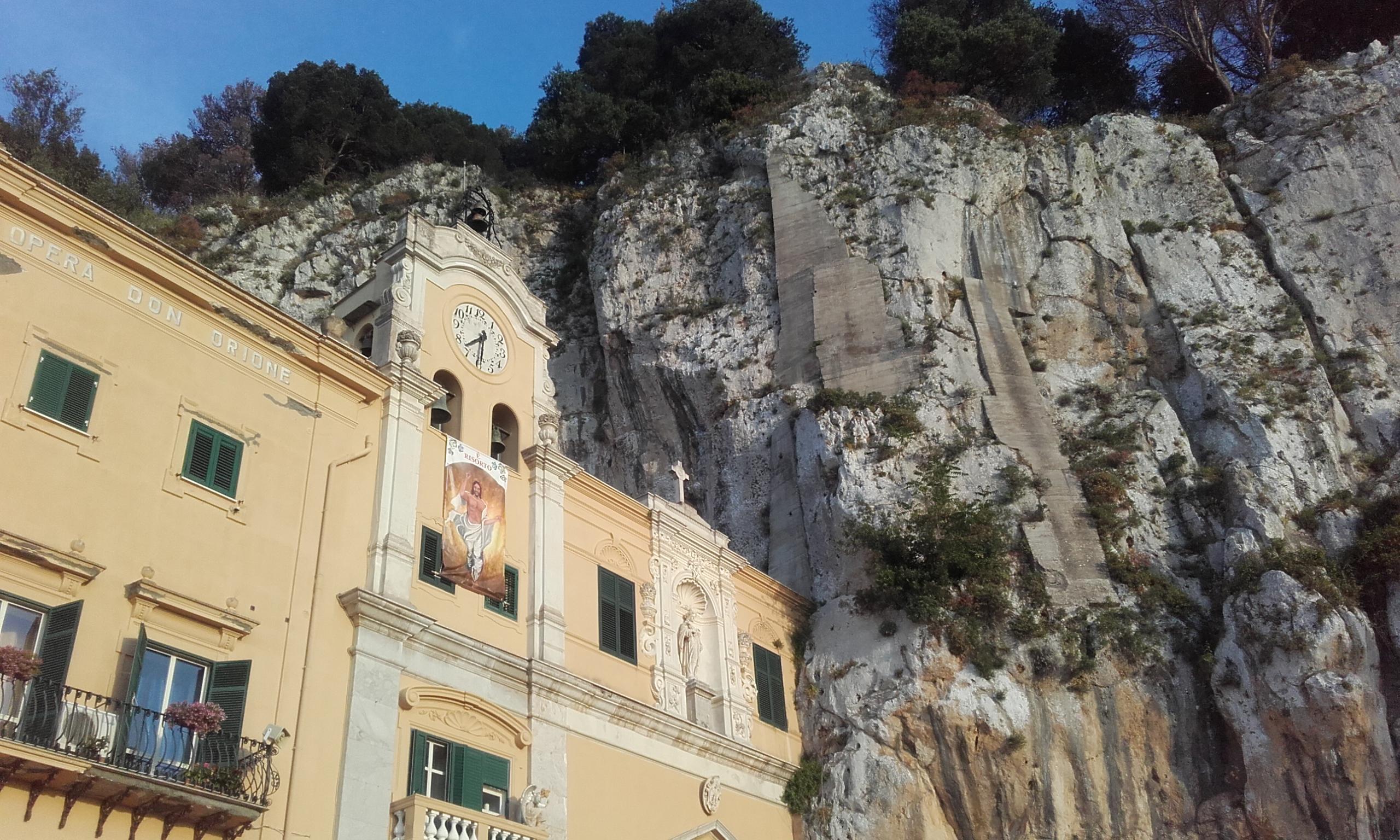 Fachada exterior del santuario de Santa Rosalía