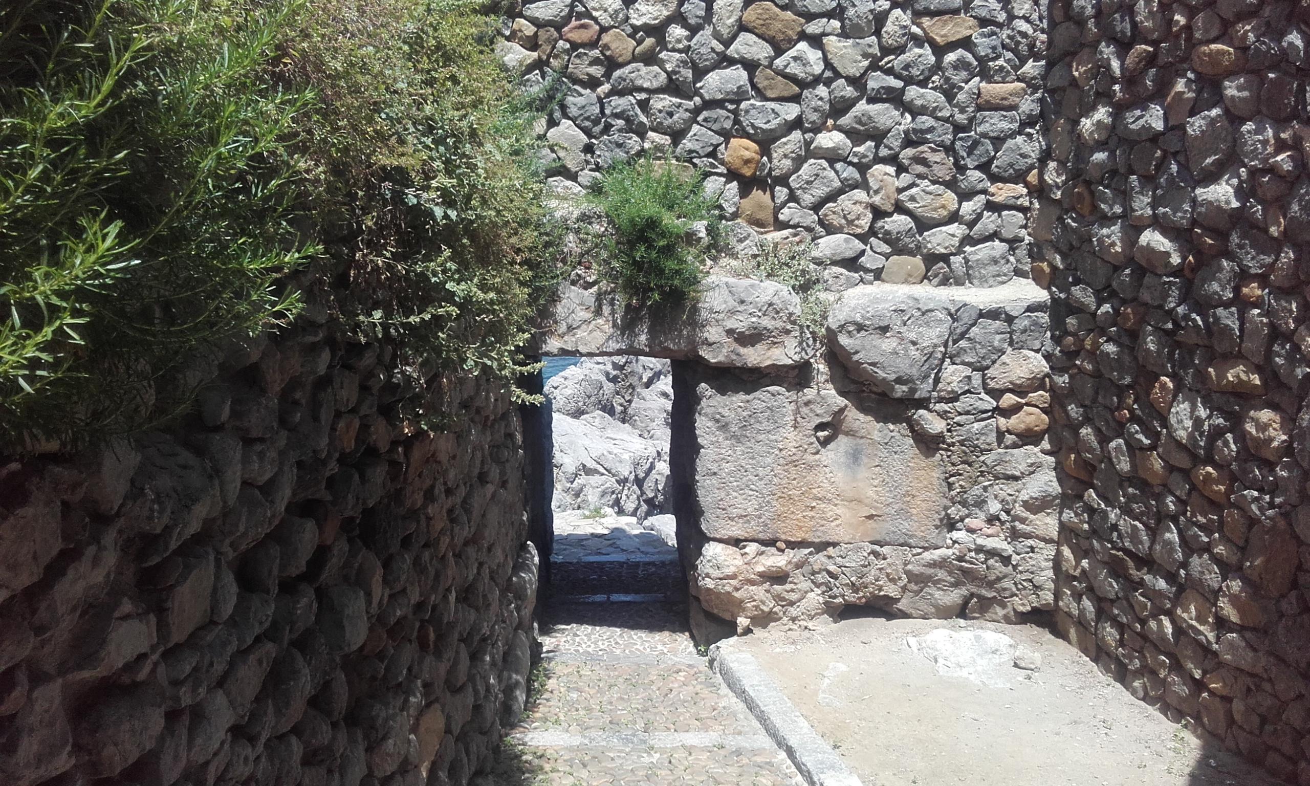 El disimulado acceso al camino de piedra