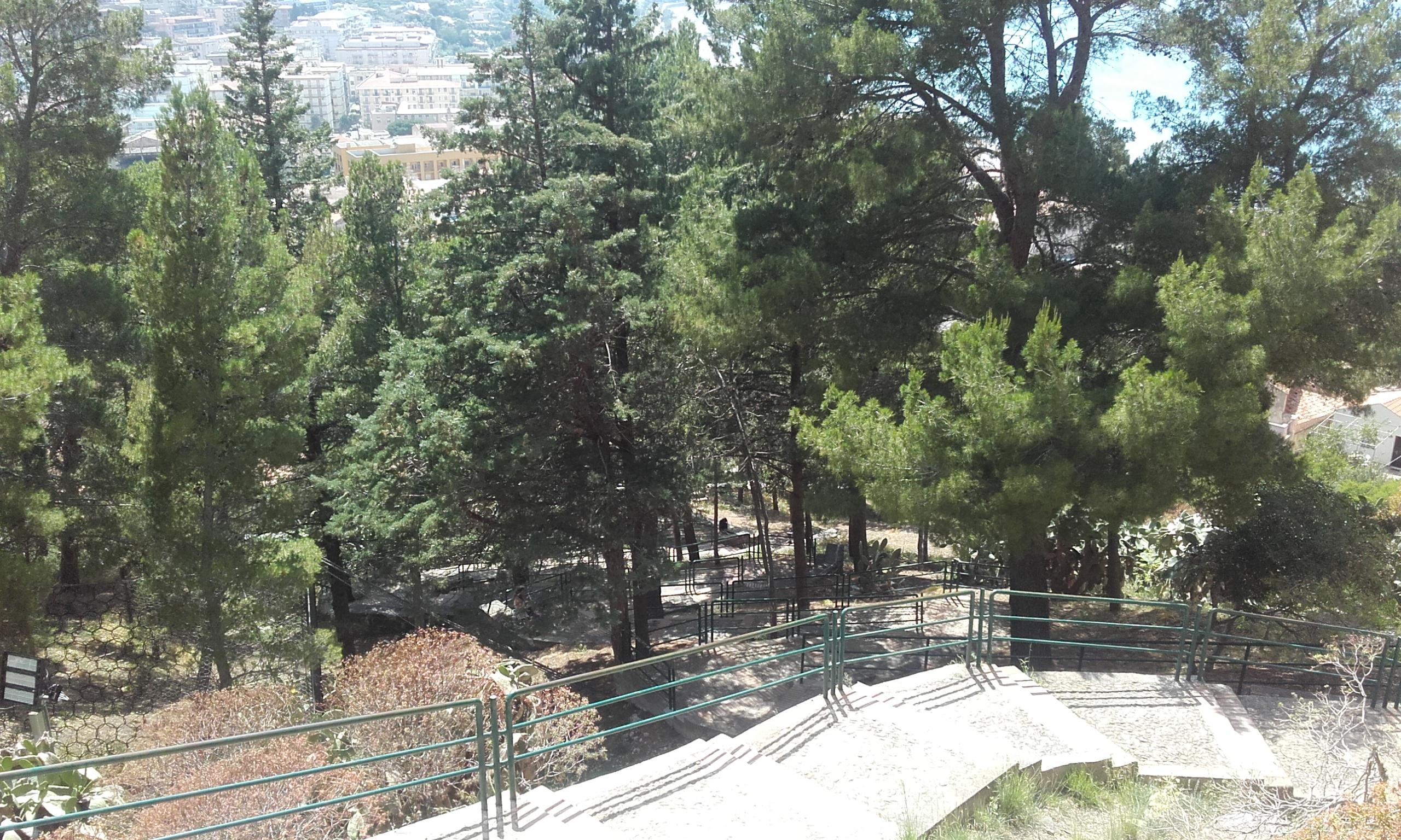 Escaleras de piedra para subir a La Rocca