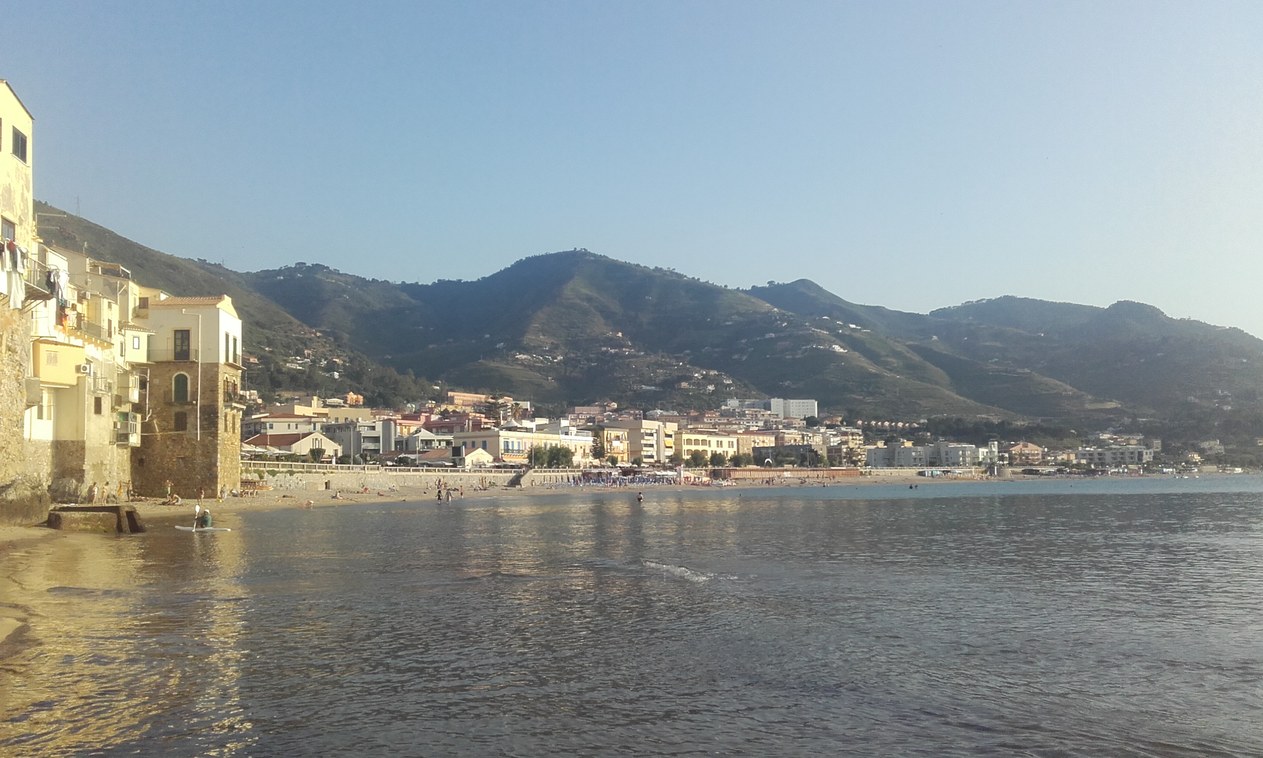 Paseando por la orilla de la playa