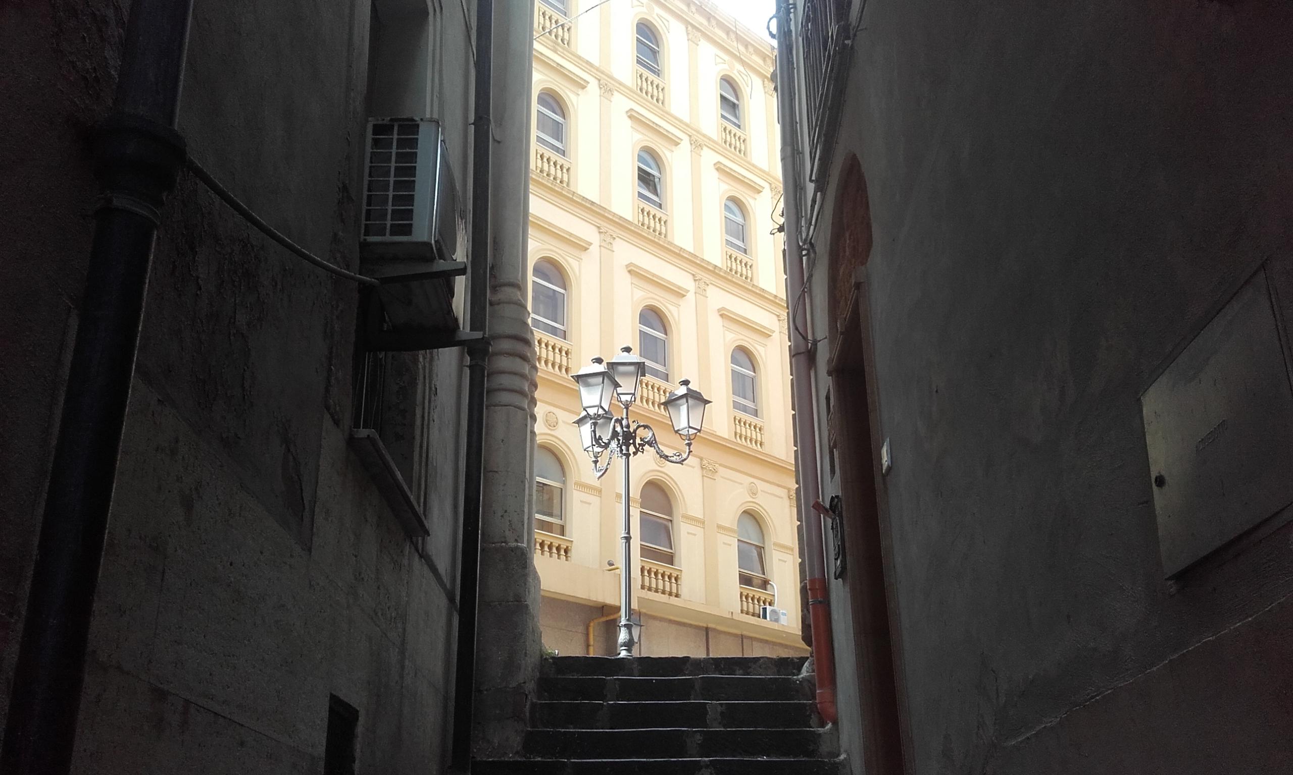 El callejón que conecta el Hostel Dimora con la Via Atenea