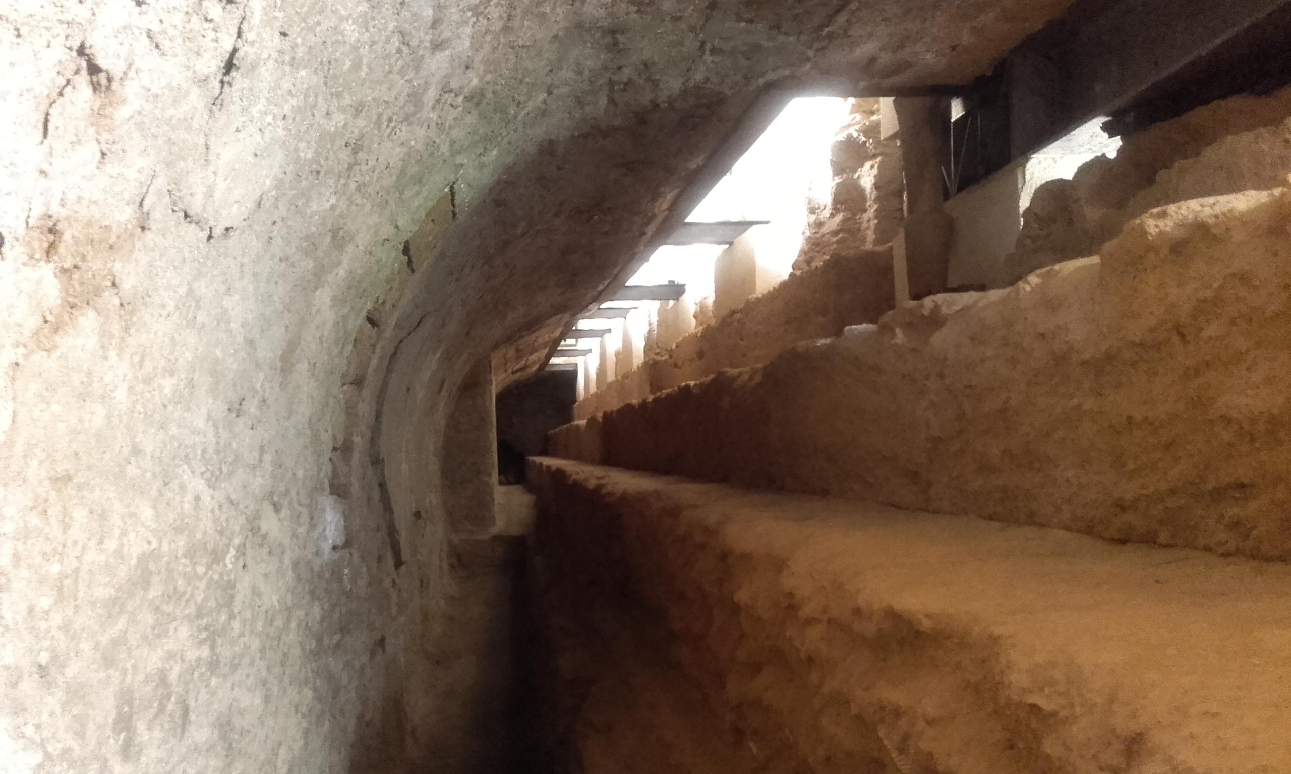 Pasillo subterráneo que lleva al templo