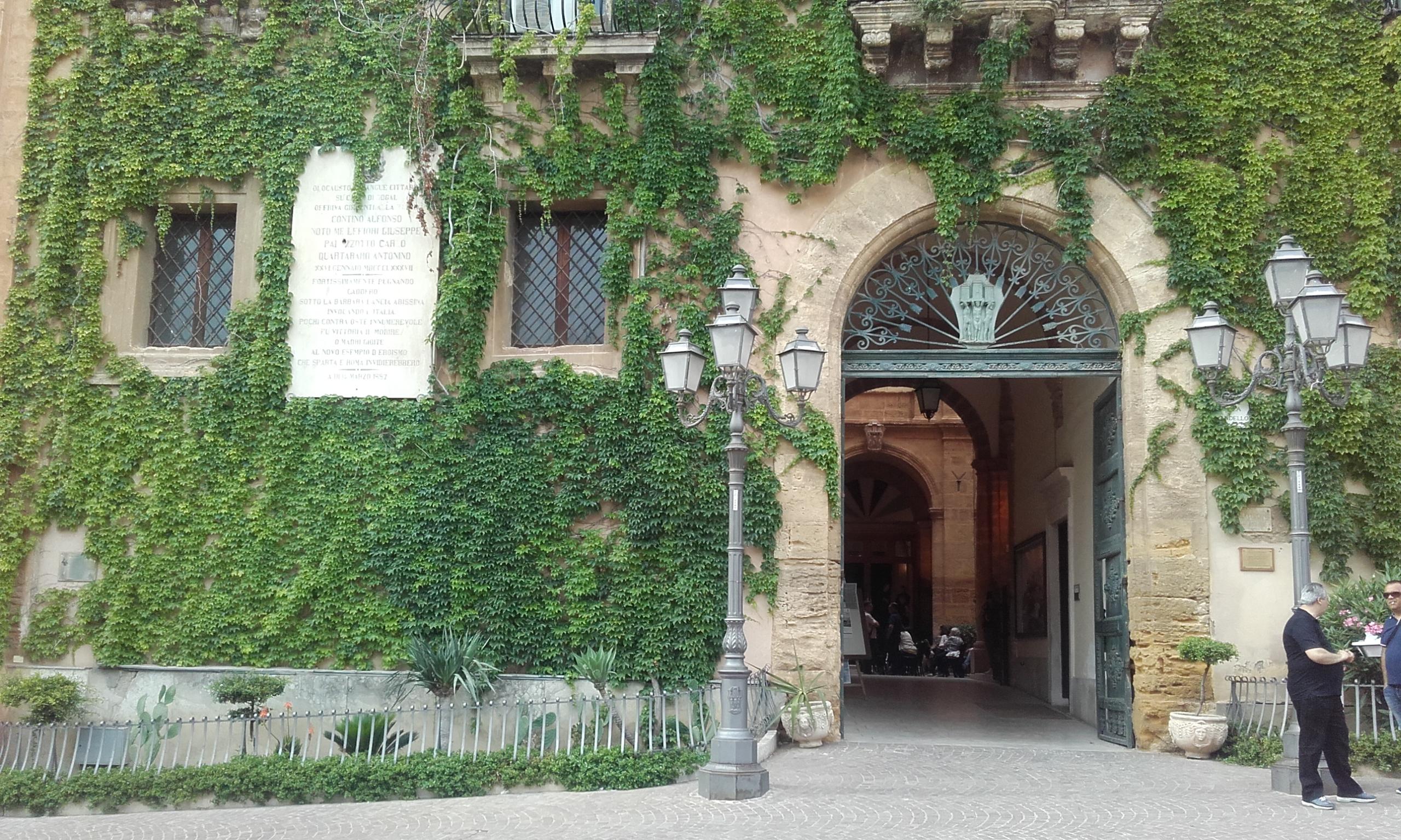 Entrada al Comune y al Teatro Luigi Pirandello