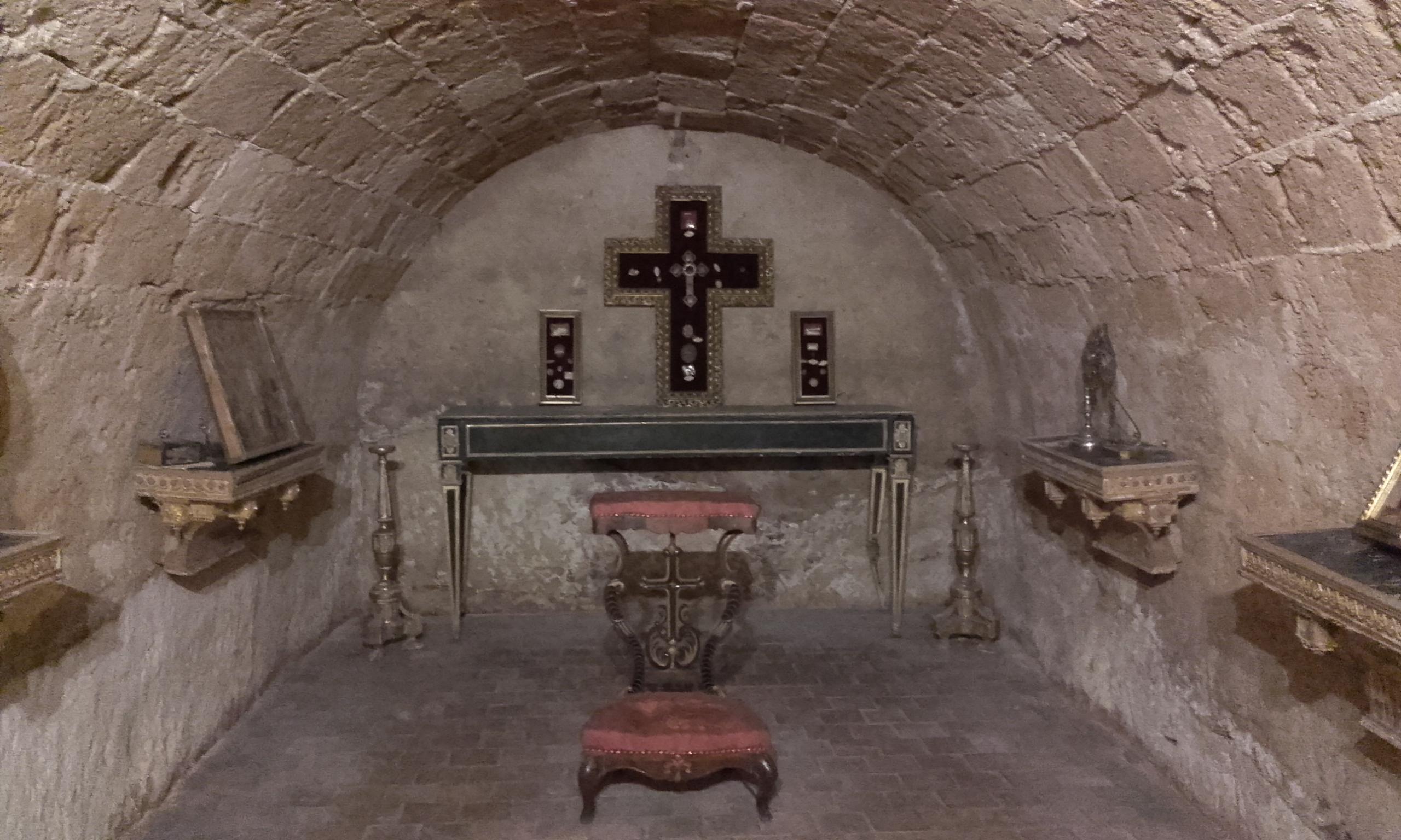 La cripta de la Basílica del Santo Salvatore