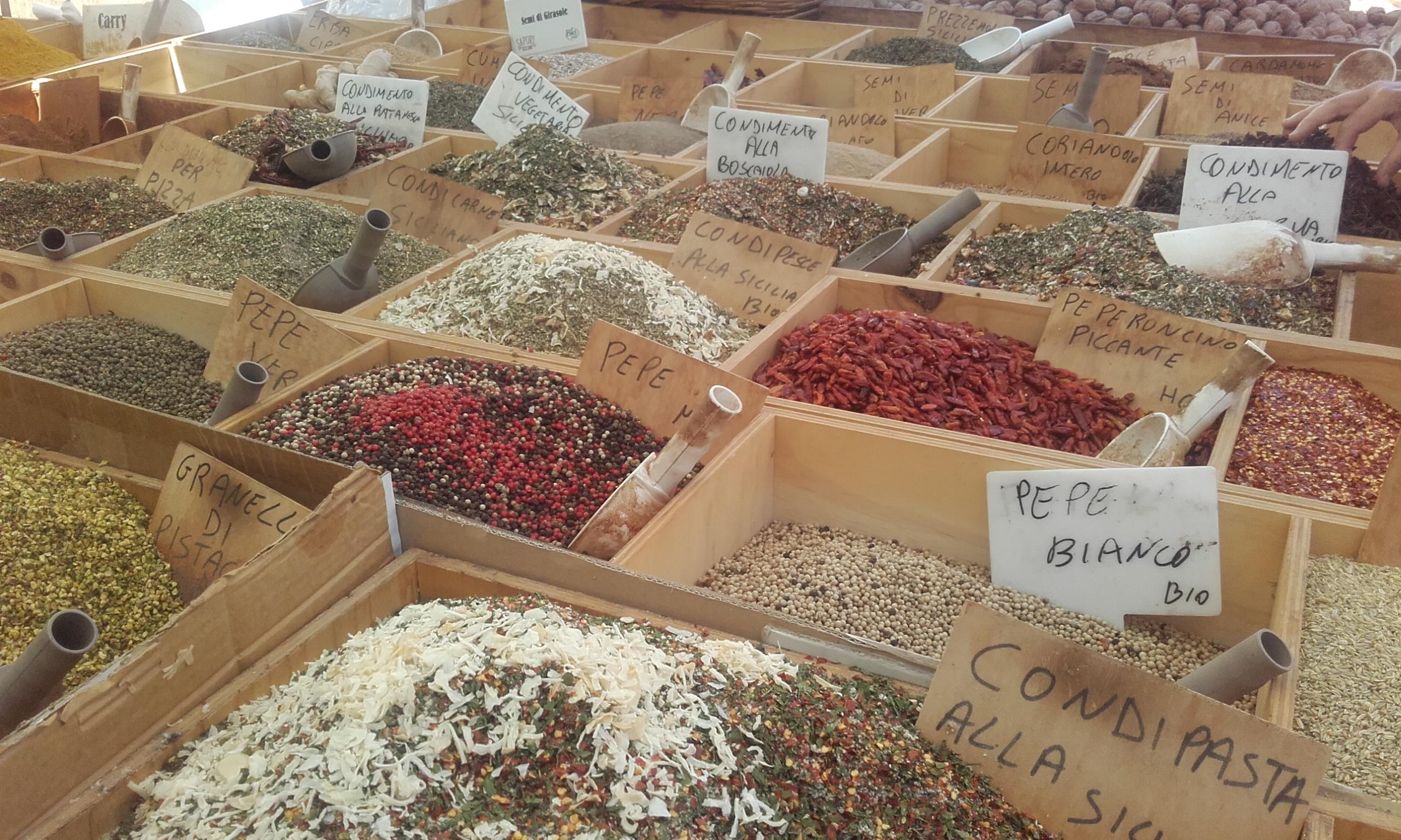 Variedad de especias en el mercado