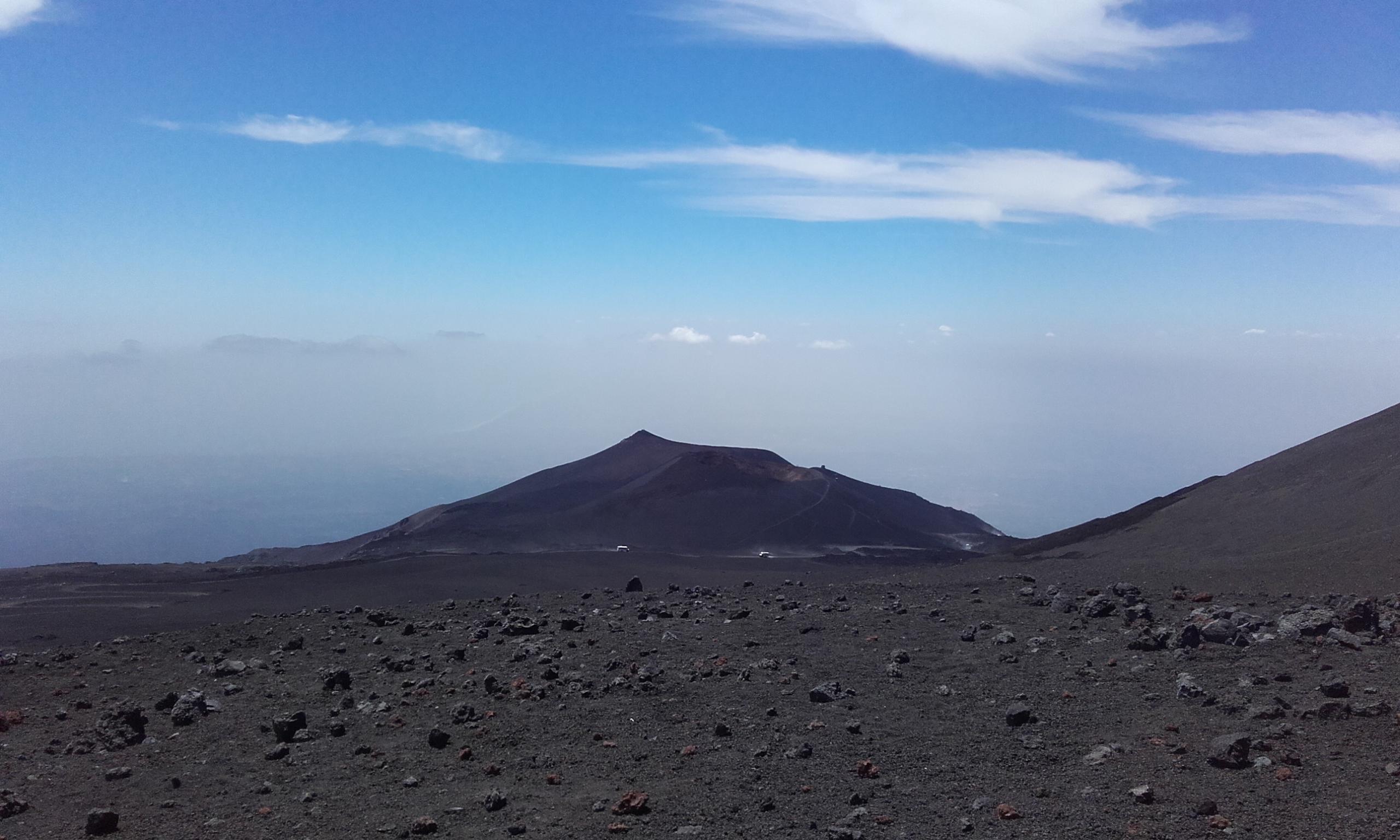 Uno de los cráteres del Etna en la lejanía
