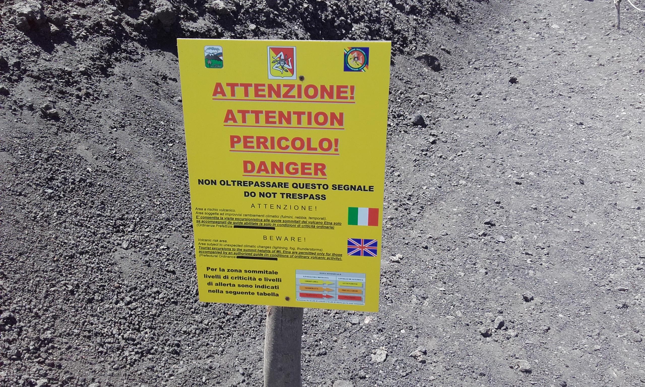 Aviso de prohibido pasar a los cráteres