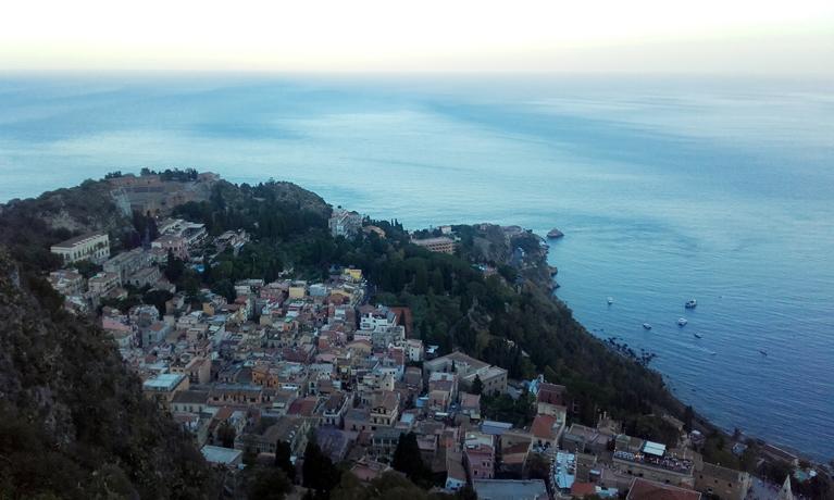 La ciudad de Taormina desde el castillo