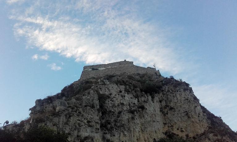 Castillo de Taormina desde abajo