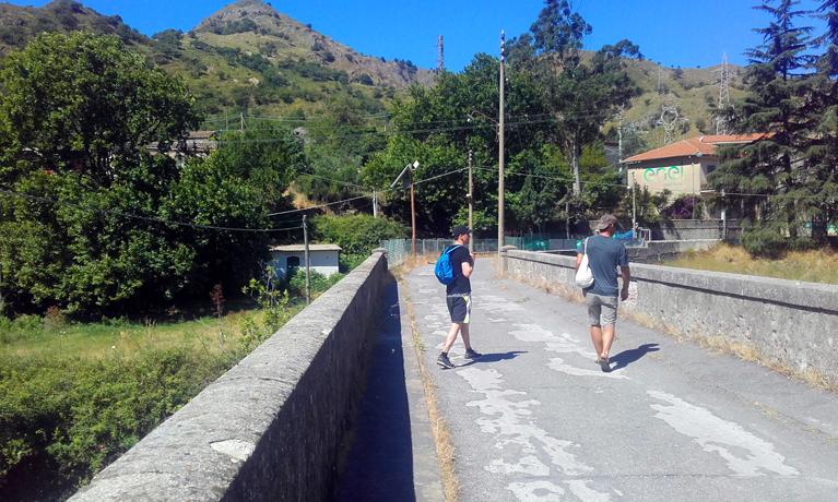 Cruzando el puente al otro lado