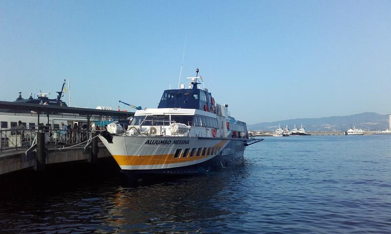 El puerto de Vulcano, con el ferry esperando