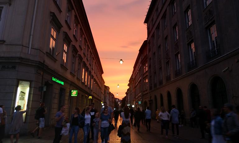 Las calles de Cracovia se empiezan a llenar de ambiente