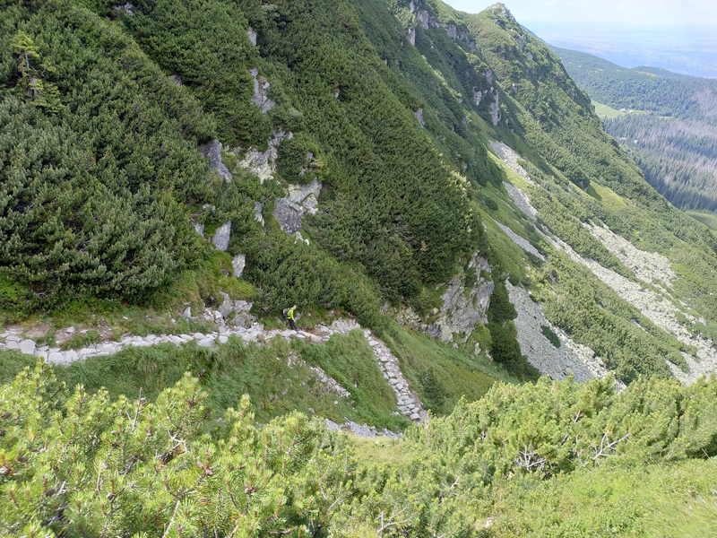 Camino de rocas para subir a Karb desde Czarny Staw Gąsienicowy