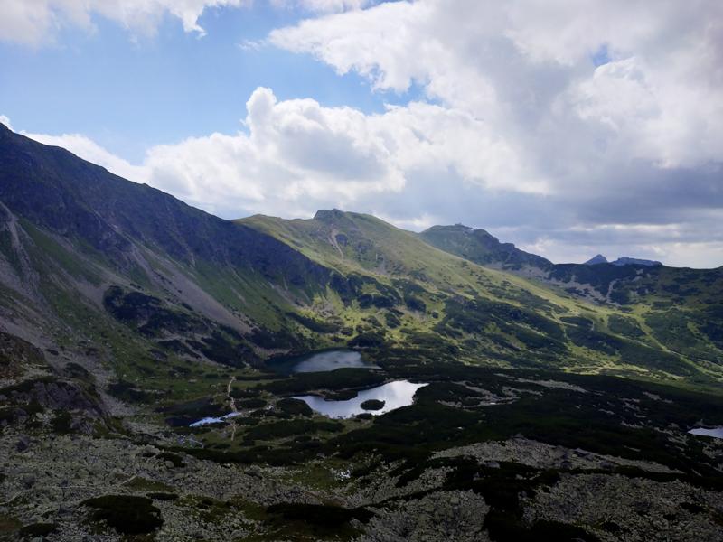 Los pequeños lagos del valle desde Karb