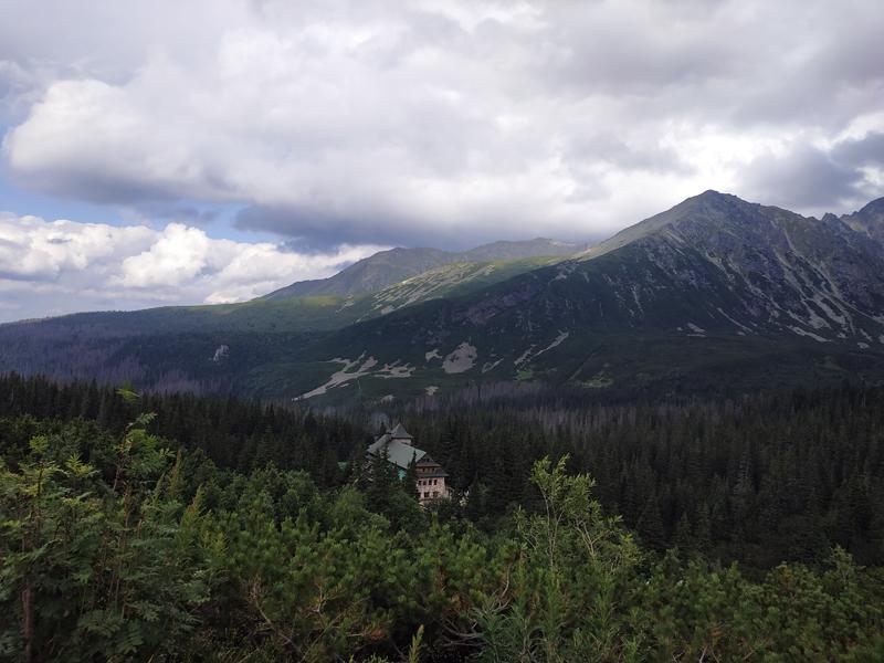 El refugio de Murowaniec desde el sendero del trail negro