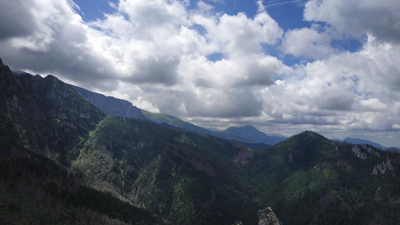 Vistas del valle y los montes Tatras desde Sarnia Skała