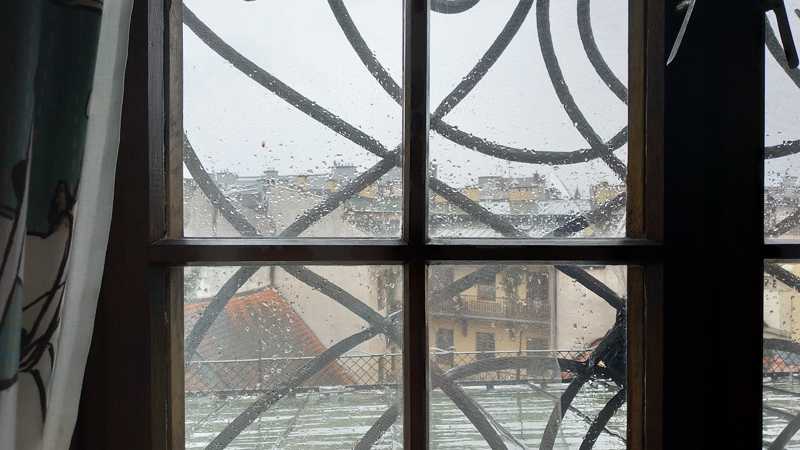 Viendo la lluvia caer, desde la ventana