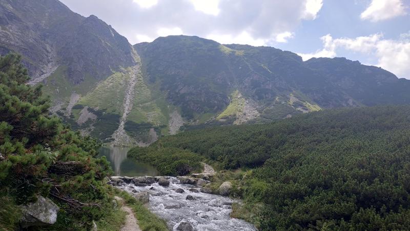 Nacimiento del riachuelo de El río que nace de Czarny Staw Gąsienicowy