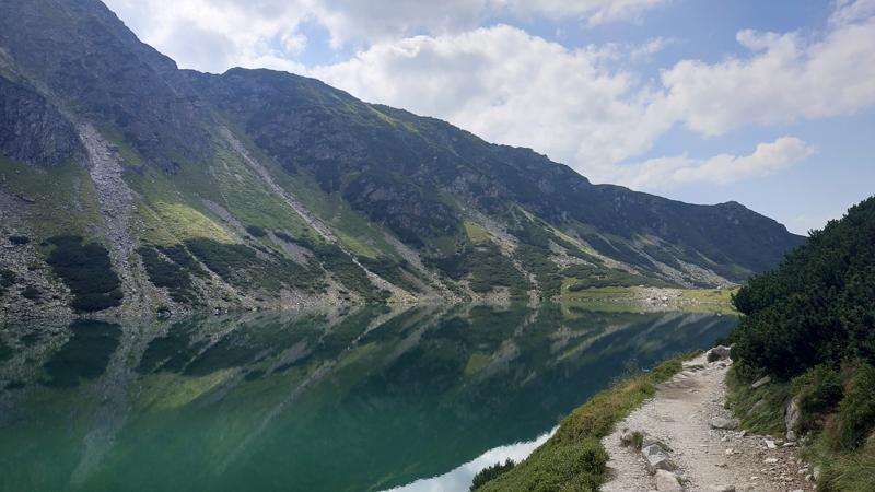 Czarny Staw Gąsienicowy y el sendero del trail azul, después de pasar el tramo semi inundado