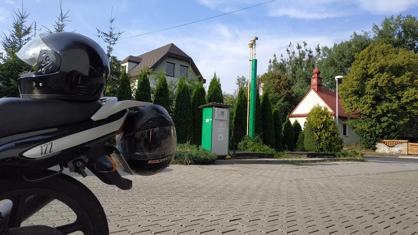 Disfrutando del solecito en la estación de servicio de Eslovaquia