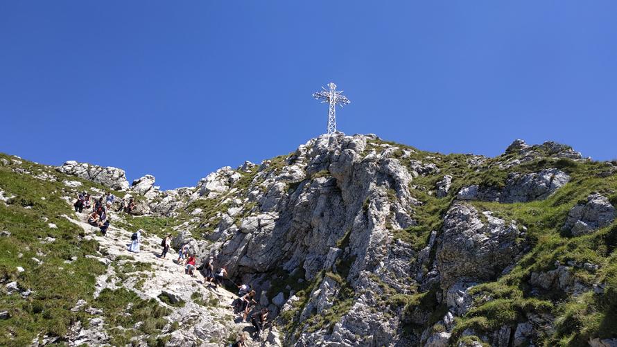 La cruz de Giewont desde el camino de bajada